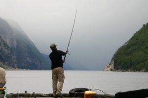 Angler am Lyse Fjord bei Lyse Botn - Norwegen