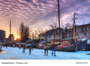 Eislaufen auf einem zugefrorenen Kanal in den Niederlanden