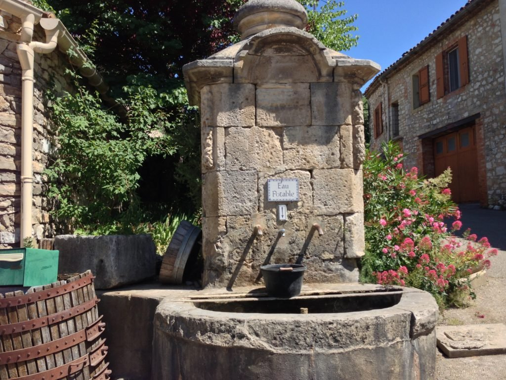 Alter Brunnen in einem alten Dorf an der Ardèche