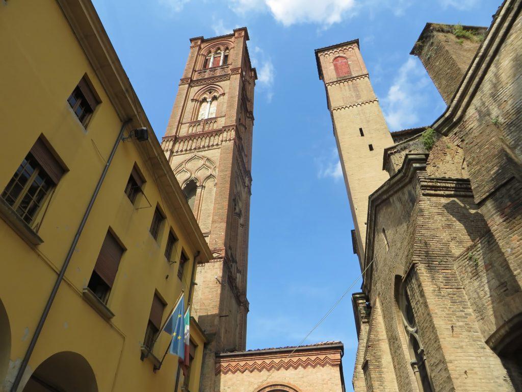 Die Türme Asinelli und Garisenda in Bologna