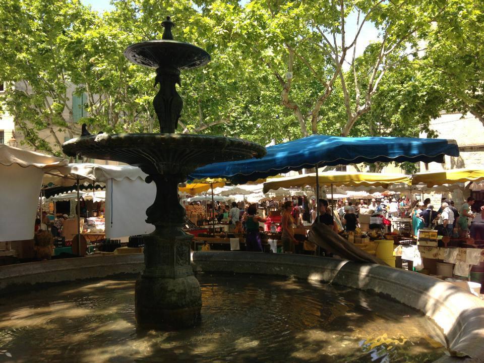 Marktplatz Place aux Herbes mit Brunnenin Uzès