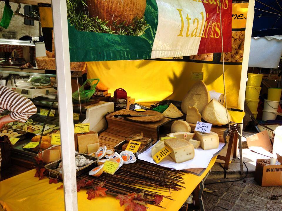 Marktstand mit Käse-Spezialitäten in Uzés