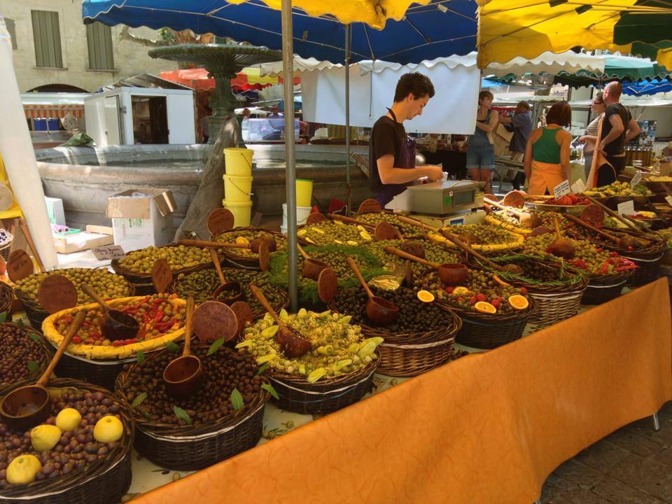 Oliven-Marktstand in Uzès