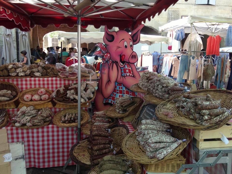 Marktstand mit Wurstwaren in Uzés