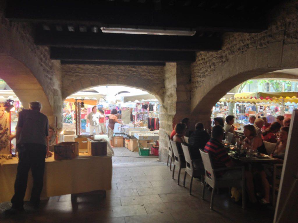 Restaurant unter den Arkaden des Place aux Herbes in Uzès