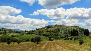 Toskana-Dorf in typischer Lage auf einem Hügel