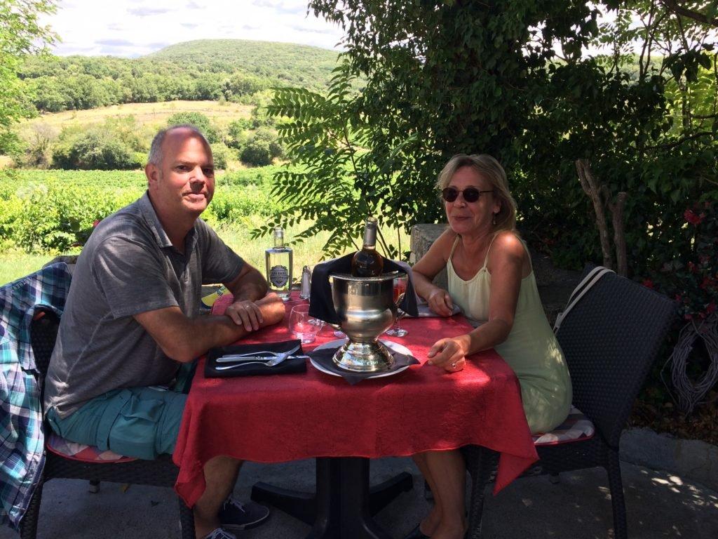 Wir im Restaurant La Petite Auberge in Labastide de Virac an der Ardèche