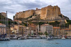 Der Hafen von Bonifacio auf der Insel Korsika