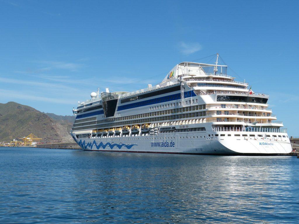 Kreuzfahrtschiff vor Teneriffa