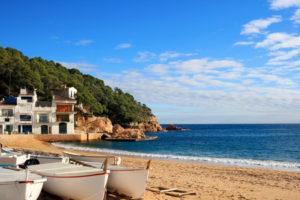 Boote am Strand von Tamariu, Costa Brava, Spanien