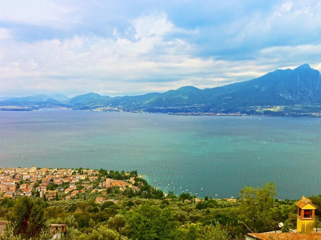 Blick über den Gardasee vom Ostufer auf das Westufer