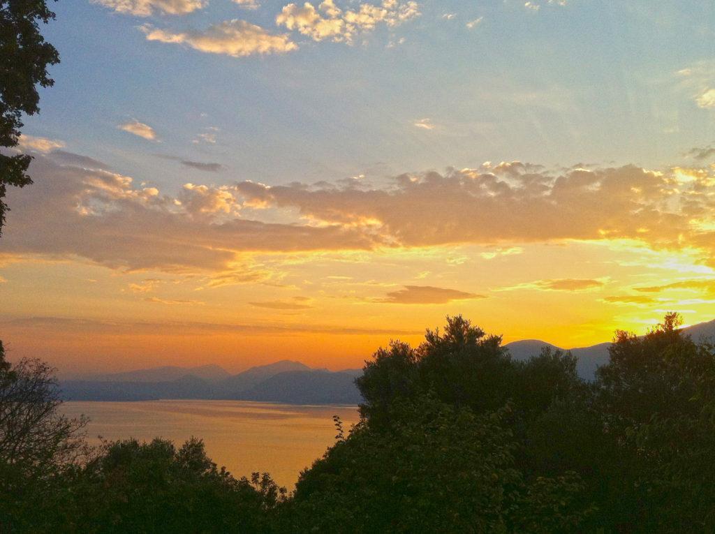 Abendstimmung: Blick von Albisano auf den Gardasee, Italien