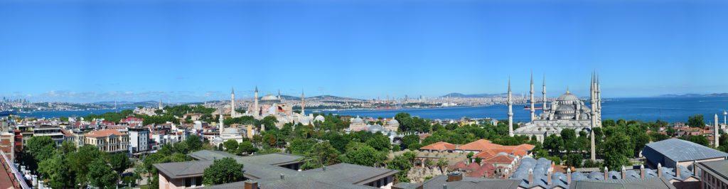 Istanbul, Türkei. Blick auf die Stadt, die Hagia Sophia und die Blaue Moschee