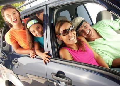 Familie macht Urlaub mit Mietwagen