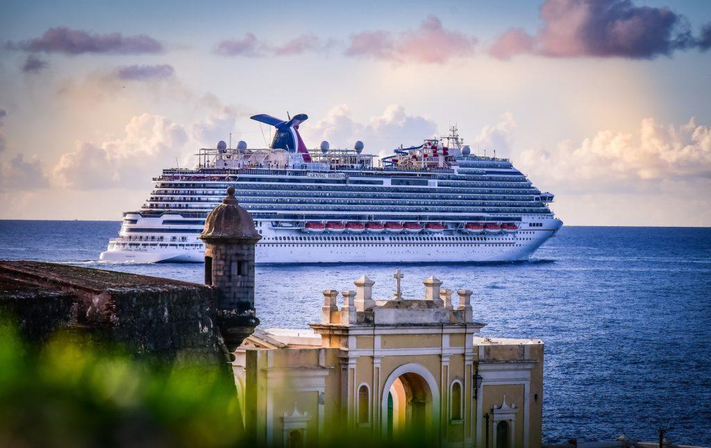 Kreuzfahrtschiff in der Karibik