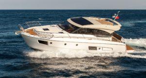 Bootsurlaub Kroatien: Motor-Yacht auf dem Meer
