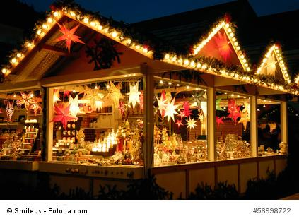 Weihnachtsmarkt-Stand mit Lichtern