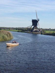 Boot vor Windmühle in Holland – Kinderdijk