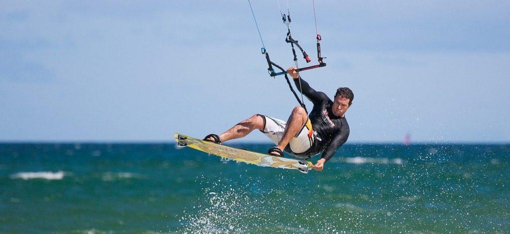 Kite Surfer in Aktion beim Kitesurfen
