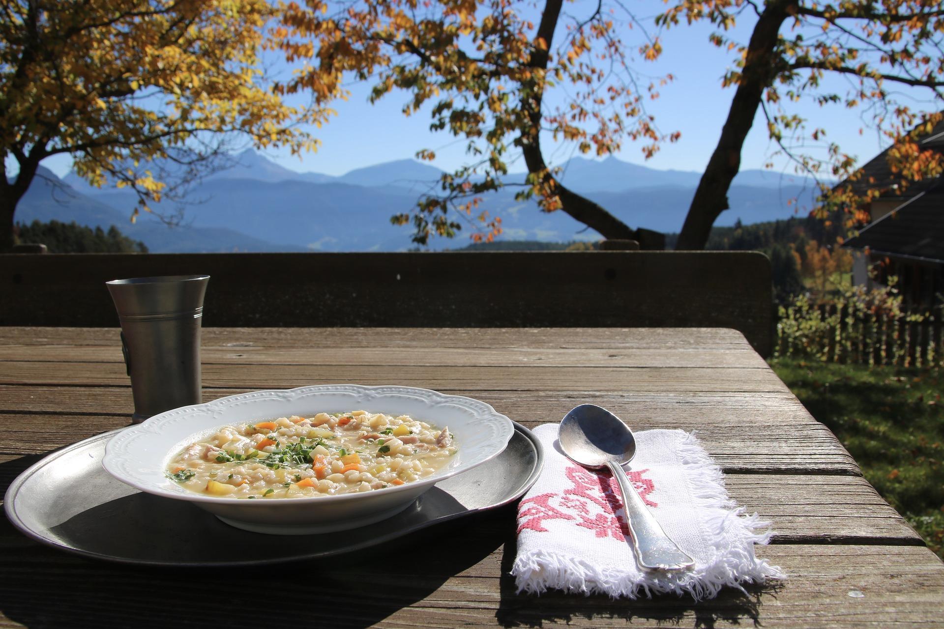 Gerstsuppe beim Törggelen in Südtirol