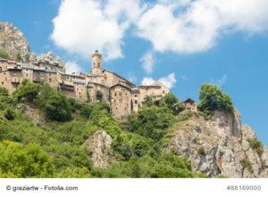Roubion, Natursteindorf an der Route des Grandes Alpes in Frankreich