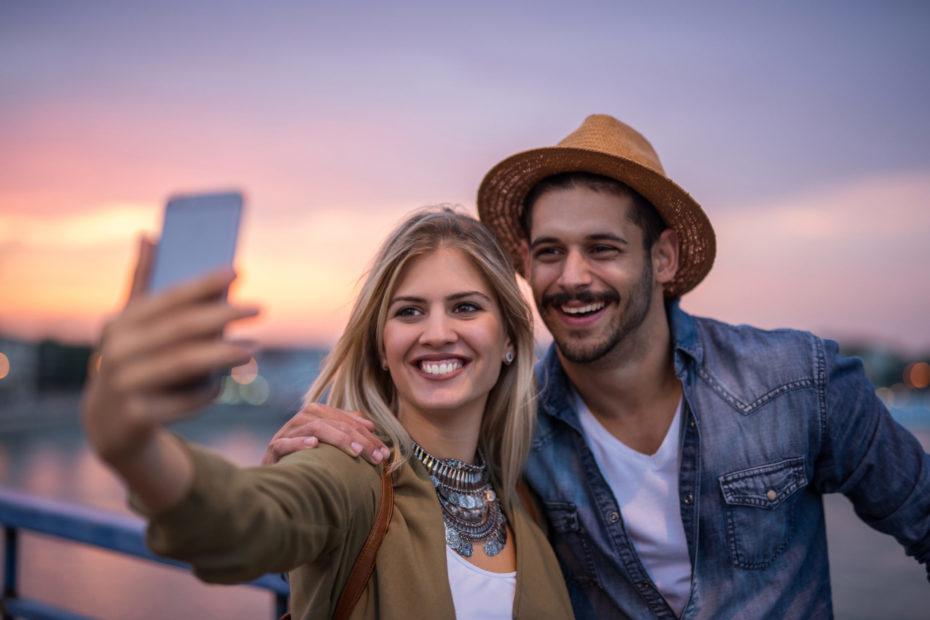 Paar auf romantischer Städtereise