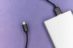 Powerbank zum Aufladen von Mobilgeräten auf Reisen