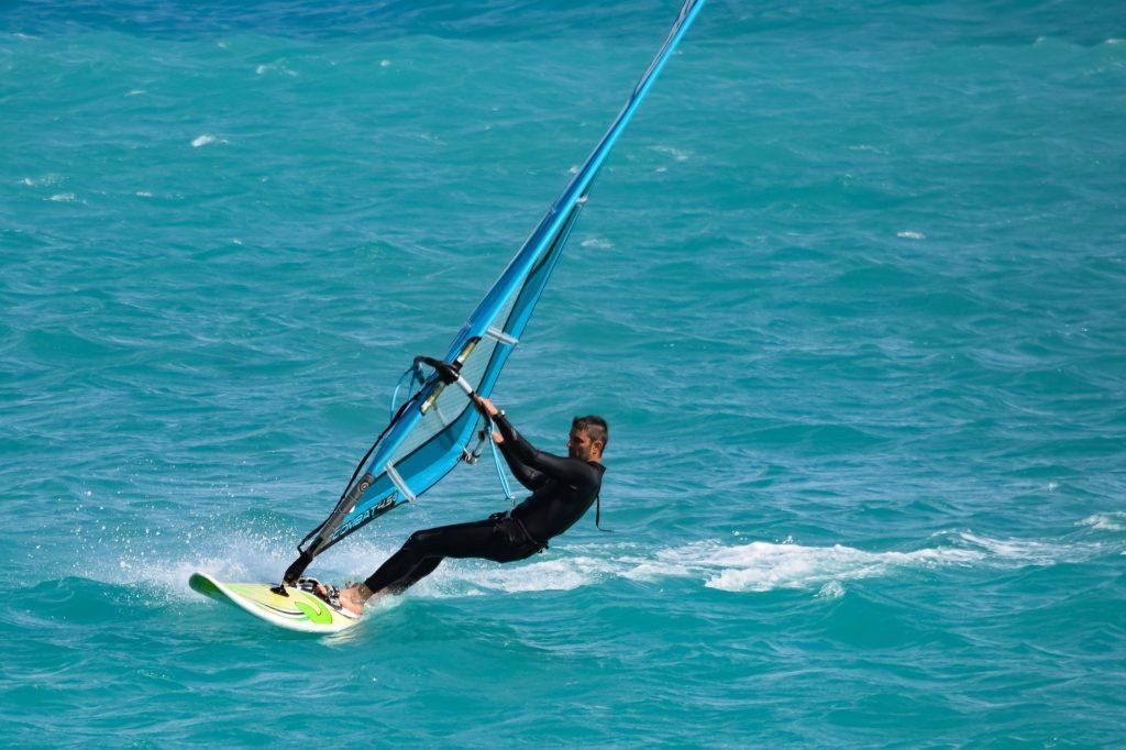 Wassersport Windsurfen (Windsurfer in Aktion)