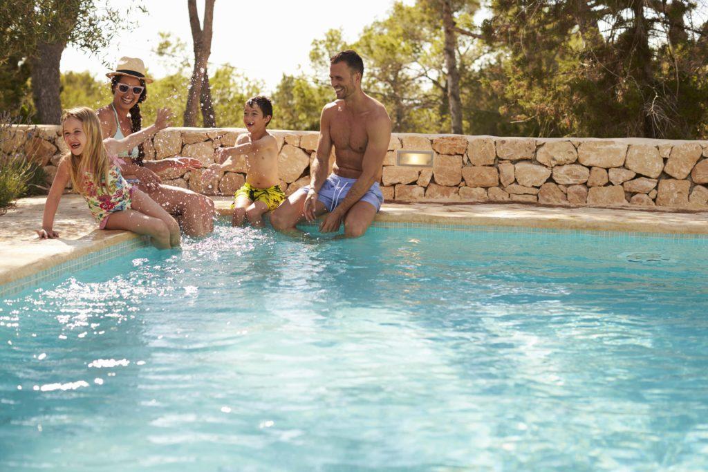 Familie am privaten Pool