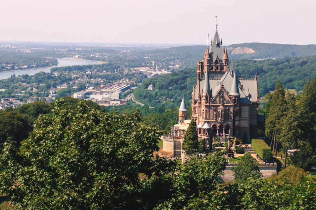 Drachenburg auf dem Drachenfels am Rhein bei Königswinter