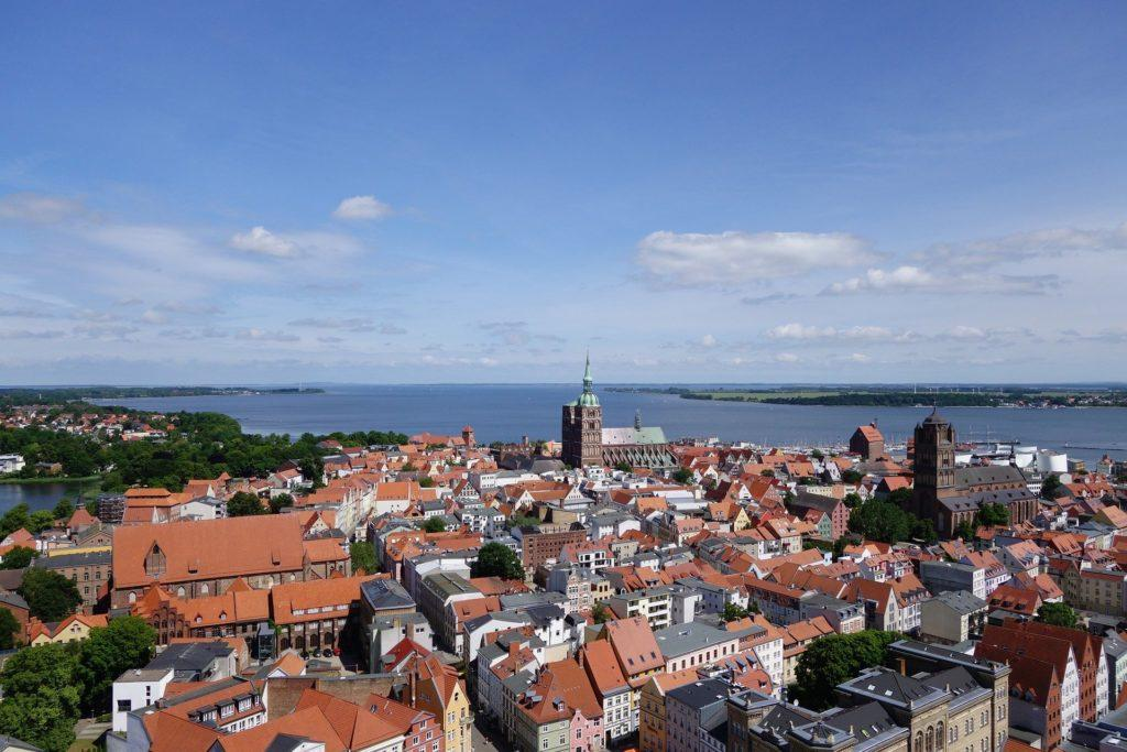 Stralsund, Blick über die Stadt auf die Ostsee (Foto: Pixabay)