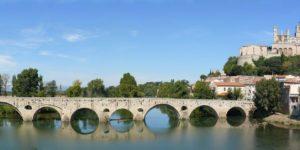 Béziers in Südfrankreich, die Cathédrale Saint-Nazaire und die römische Pont Vieux